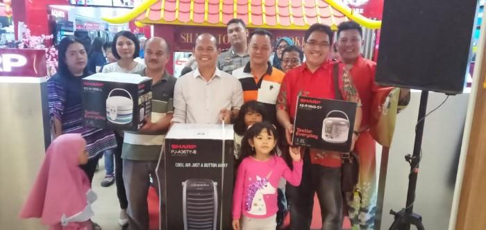 Sharp Batam Bagikan Hadiah Utama 1 Unit Motor ke Pelanggan yang Beruntung